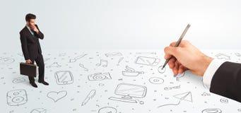 Kleinunternehmer, der gezeichnete Ikonen und Symbole zur Hand schaut Stockbilder
