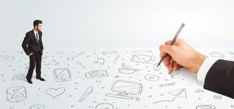 Kleinunternehmer, der gezeichnete Ikonen und Symbole zur Hand schaut Lizenzfreie Stockfotos