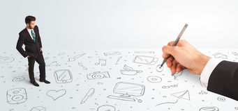 Kleinunternehmer, der gezeichnete Ikonen und Symbole zur Hand schaut Stockfotos