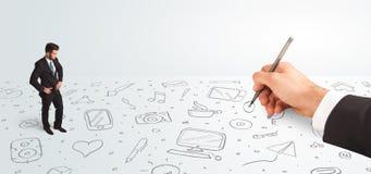 Kleinunternehmer, der gezeichnete Ikonen und Symbole zur Hand schaut Lizenzfreies Stockbild