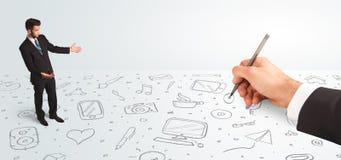 Kleinunternehmer, der gezeichnete Ikonen und Symbole zur Hand schaut Stockfotografie