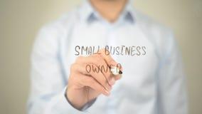 Kleinunternehmer, Mann-Schreiben auf transparentem Schirm Stockfotografie