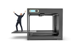 Kleinunternehmer mit den Händen hob in den Sieg an, der auf ausgezogenem Druckbett von 3D-printer steht Lizenzfreies Stockfoto