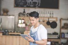 Kleinunternehmer an seiner Kaffeestube lizenzfreie stockfotografie