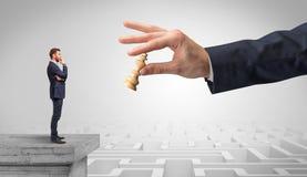 Kleinunternehmer von der Spitze des Labyrinths denkend an Strategien Stockbild