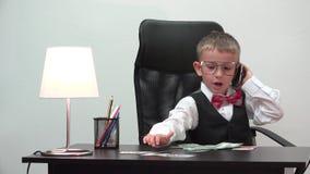 Kleinunternehmerporträt, elegantes lustiges Kind sprechen am Telefon, Gegengeld, werfen weg von der wertlosen Banknote stock footage