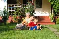 Kleinzonen met grootouders het spelen Stock Fotografie