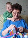 Kleinzoon en grootmoeder thuis stock fotografie