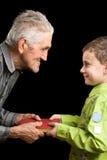 Kleinzoon en grootvader Stock Foto's