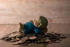 Kleipop op Thaise muntstukstapel stock afbeeldingen