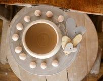 Kleipot bovenop een pottenbakkers` s wiel Stock Foto