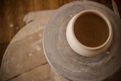 Kleipot bovenop een pottenbakkers` s wiel Stock Afbeeldingen