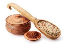 Kleipot, houten lepel en schotel met rijst Stock Fotografie