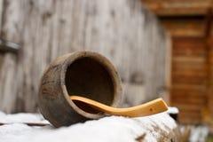Kleipot, houten lepel op een stakenachtergrond royalty-vrije stock afbeeldingen