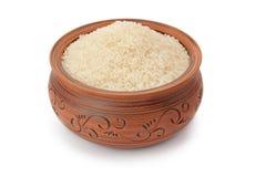 Kleipot met rijst wordt gevuld die Stock Foto