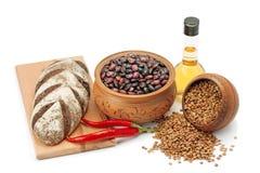 Kleipotten, peulvruchten, olijfolie, peper en brood Stock Afbeelding