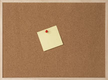 Kleista kolor żółty notatka na drewnianej ramy korka desce Zdjęcia Stock