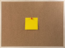 Kleista kolor żółty notatka na drewnianej ramy korka desce Obrazy Stock