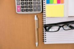 kleista notatka, kalkulator, ballpoint pióro, pusty notatnik, eyeglass Zdjęcie Stock