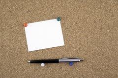 Kleista notatka z piórem na korek desce Obrazy Royalty Free