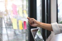 Kleista nutowego papieru przypomnienia rozkładu deska, Biznesowej kobiety księgowego działania rewizja i kalkulatorski wydatkowy  obraz stock