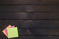 Kleiste notatki na ciemnym drewnie z kopii przestrzenią dla teksta obraz stock