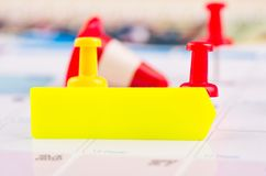 Kleisty papier i thumbtacks na kalendarzu dla planistycznego poj?cia t?a fotografia stock