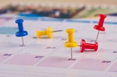 Kleisty papier i thumbtacks na kalendarzu dla planistycznego poj?cia t?a zdjęcia stock