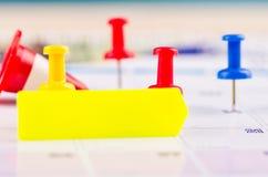 Kleisty papier i thumbtacks na kalendarzu dla planistycznego poj?cia t?a zdjęcie royalty free