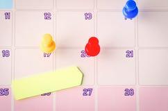 Kleisty papier i thumbtacks na kalendarzu dla planistycznego poj?cia t?a obraz royalty free