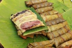 Kleisty ryż zawijający w bananie opuszcza - deserowego Tajlandia. Zdjęcia Royalty Free