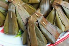 Kleisty ryż zawijający w bananie opuszcza - deserowego Tajlandia. Obrazy Royalty Free