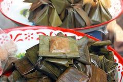 Kleisty ryż zawijający w bananie opuszcza - deserowego Tajlandia. Zdjęcie Stock