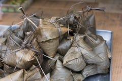 Kleistych ryż przekąski zawijać w bambusowych liściach zdjęcia royalty free