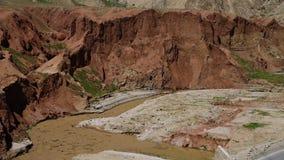 Kleiwater die bij de bodem van de heuvel stromen stock video