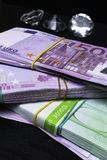 klejnoty i pieniądze gotówka z krystalicznymi diamentami zdjęcia stock