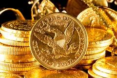 Klejnoty i złociste monety Zdjęcia Royalty Free