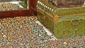 Klejnoty, pierścionki, rocznik walizka na ławce w rynku otwartym Padua i antyk, i, Włochy zdjęcie royalty free