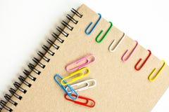 Klem en notitieboekje Stock Fotografie