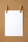 Klem en Witte lege nota Stock Fotografie
