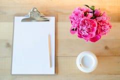 Klembord, kop en bloemen royalty-vrije stock foto's