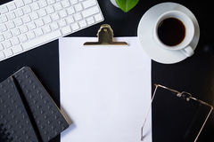Klembord met exemplaarruimte op werkende lijst op kantoor Stock Fotografie