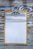 Klemborddocument potlood op houten raad Royalty-vrije Stock Afbeeldingen