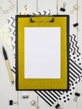 Klembordspot omhoog voor uw letterin of kunstwerk Vlak leg, hoogste mening Houten achtergrond stock afbeeldingen