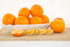 Klementine in einer Schüssel auf einem weißen Hintergrund Lizenzfreie Stockbilder