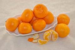 Klementine in einer Schüssel auf einem weißen Hintergrund Stockbild
