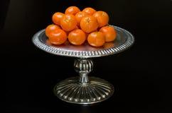 Klementinen auf einer silbernen Servierplatte Lizenzfreies Stockfoto