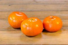 Klementinen lokalisiert auf Tabelle Stockbilder