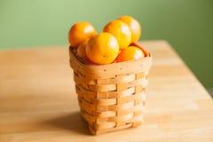 Klementinenorangen in einem Korb Lizenzfreie Stockbilder