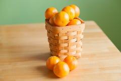 Klementinenorangen in einem Korb Lizenzfreies Stockfoto